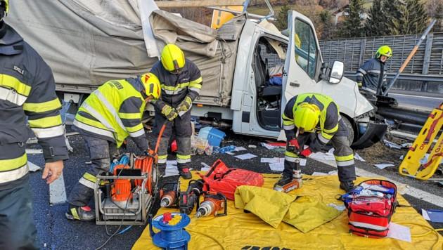 Der schwer verletzte Fahrer konnte aus dem Wrack befreit werden (Bild: Freiwillige Feuerwehr Mautern)