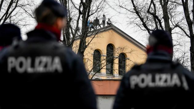 Im Gefängnis von San Vittore kletterten die Häftlinge während einer Revolte sogar aufs Dach. (Bild: AP)