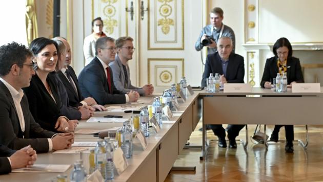 Zivildiensteinrichtungen wurden am Dienstag von der für Zivildienstagenden zuständigen Ministerin Elisabeth Köstinger eingeladen. (Bild: APA/HERBERT NEUBAUER)