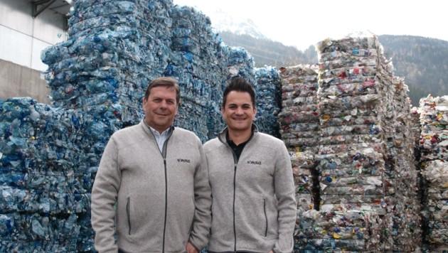 Harald (l.) und Thomas Höpperger hauchen dem Plastik neues Leben ein. (Bild: Daum Hubert)