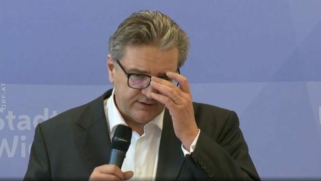 Augen, Nase, Mund: Stadtrat Peter Hacker lässt kaum eine Körperöffnung oberhalb des Halses aus: So sollte es nicht sein! (Bild: Screenshot ORF)