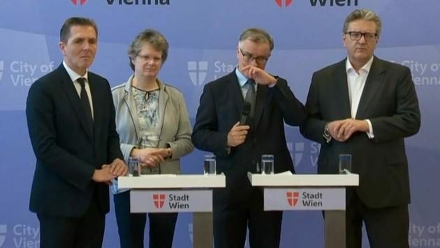 Auch der Rektor fährt sich häufig mit der Hand ins Gesicht. So sollte man es während Corona nicht machen. (Bild: Screenshot ORF)