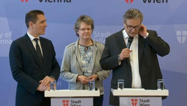 Peter Hacker greift sich wiederholt mit der Hand ans Gesicht. Genau das sollte man derzeit nicht machen. (Bild: Screenshot ORF)