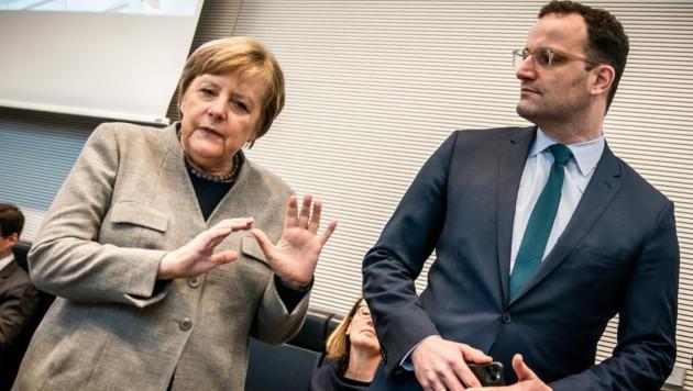Die deutsche Bundeskanzlerin Angela Merkel (CDU) mit Gesundheitsminister Jens Spahn (CDU) (Bild: APA/dpa/Michael Kappeler)