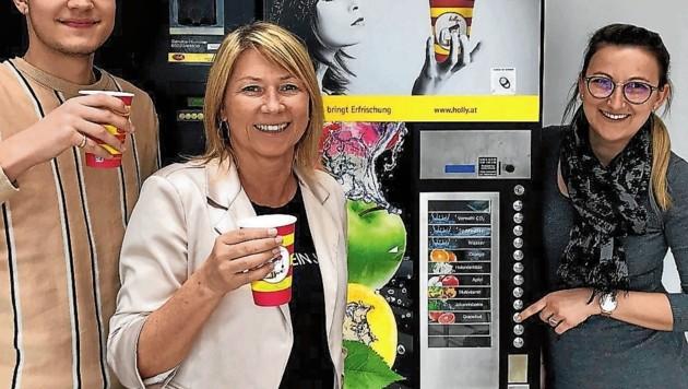 Praktisch und umweltfreundlich: Die Mitarbeiterinnen und Mitarbeiter von Dinkhauser Kartonagen freuen sich über den neuen Getränkeautomat der Firma Holly. (Bild: Dinkhauser Kartonagen)