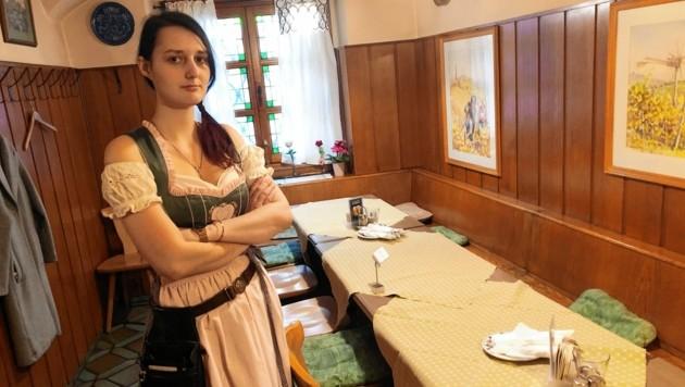 Eine leere Stube: Kellnerin Sandra von der Gamlitzer Weinstube in Graz wartet auf Gäste. (Bild: Jauschowetz Christian)