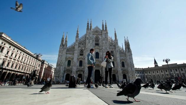 Der nahezu verwaiste Domplatz in Mailand (Bild: AP)