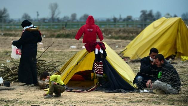 Migranten campieren in der Nähe des Grenzübergangs Pazarkule. (Bild: AP)