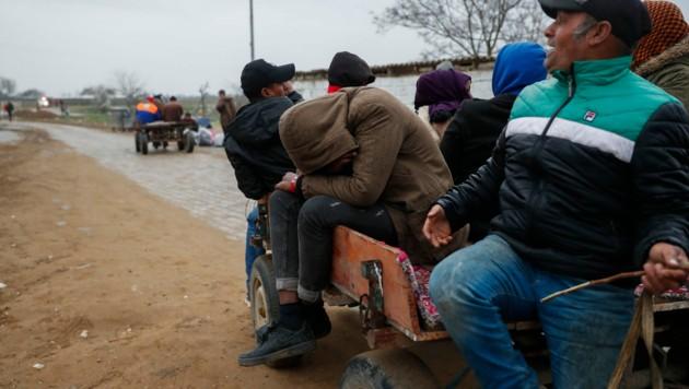 Migranten in der Nähe des Grenzübergangs Pazarkule (Bild: AP)