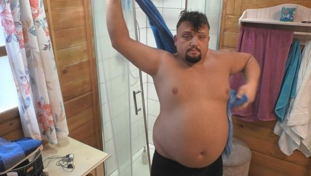 Menowin an seinem ersten Morgen bei Big Brother im Bad. Er will abnehmen. (Bild: SAT.1)