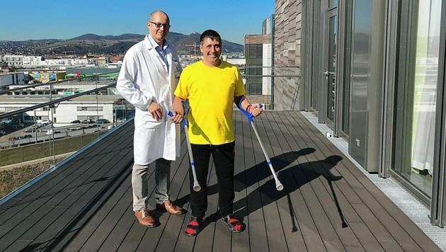 Vorstand Christian Bach mit Patient Christian Gabrieli (Bild: KAV/Wachet)