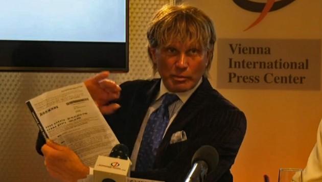 Der russische Aktivist Alexandr Romanow bei einer Pressekonferenz in Wien (Bild: oejc.at)