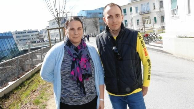 Peter Blümel besuchte Claudia Gölz im Freien. (Bild: Christian Jauschowetz)