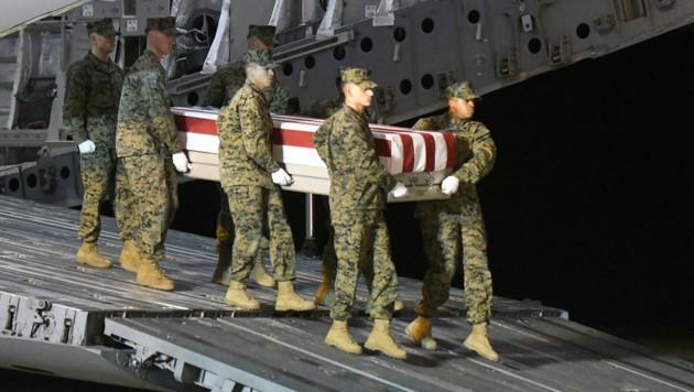 Ein Team der Marines mit dem Sarg von Gunnery Sgt. Diego D. Pongo auf der Dover Air Force Base (Bild: AP)