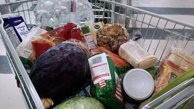 Ein voller Einkaufswagen mit Lebensmitteln (Bild: APA/Barbara Gindl)