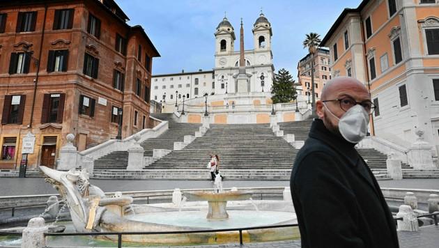 Auch vor der Spanischen Treppe in Rom sieht man nur noch ganz vereinzelt Passanten, viele tragen Schutzmasken. (Bild: AFP/Alberto Pizzoli)