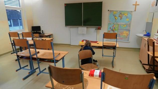 Schüler holen ihre Schulsachen ab. (Bild: Sepp Pail)