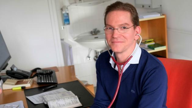 Dr. Viktor Gruber in seiner Praxis in Linz-Urfahr. (Bild: Horst Einöder)