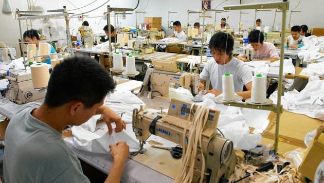 Die Näher in den Fabriken schuften im Akkord, bis zu 16 Stunden täglich. (Bild: Jörg Müller/Visum/picturedesk.com)