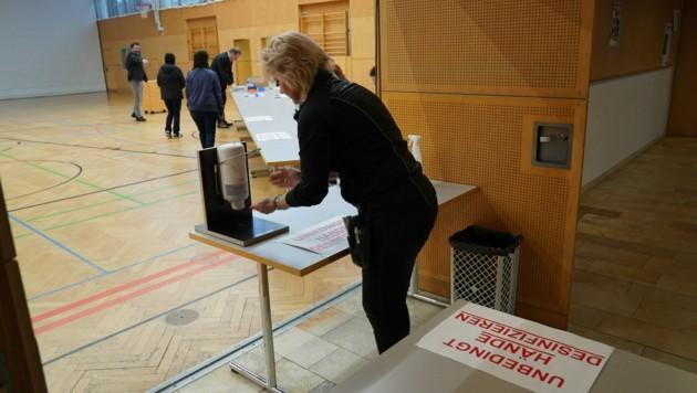 Desinfektionsspender beim Eingang zum Wahllokal in St. Peter am Ottersbach (Bild: Sepp Pail)