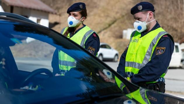 Noch sind laut Polizei ausreichend Schutzmasken für die Beamten vorhanden. (Bild: APA/JAKOB GRUBER)