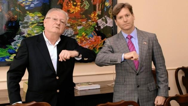 """Begrüßung im Zeitalter von Corona: US-Botschafter Trevor Traina und """"Krone""""-Redakteur Kurt Seinitz (Bild: U.S.Embassy/A.Slabihoud)"""