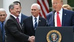 US-Präsident Donald Trump hört auch bei der Corona-Ansprache nicht auf, Hände zu schütteln. Mit Brian Cornell, Chairman und CEO von Target Corporation, ... (Bild: AFP)