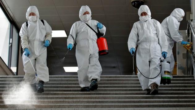 Desinfektionsarbeiten in einer U-Bahn-Station in Seoul (Bild: ASSOCIATED PRESS)