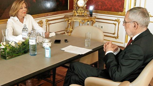 """Beim """"Krone""""-Interview: Auf dem Tisch steht immer griffbereit ein Desinfektionsmittel. (Bild: Reinhard Holl)"""