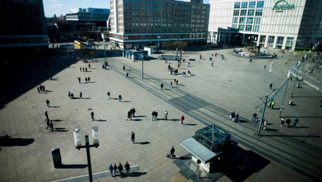 Menschen am Alexanderplatz, einer der geschäftigsten Plätze in Berlin (Bild: AP)
