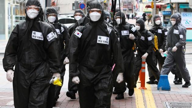 Soldaten in Südkorea beim Desinfektionseinsatz (Bild: AP)