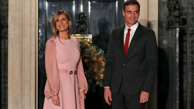 Premier Pedro Sanchez mit seiner Frau Begona Gomez (Bild: AP)