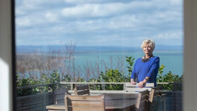 Toller Ausblick: Renate Moser auf der Terrasse ihres Wohnhauses über dem Bodensee. (Bild: Mathis Fotografie )
