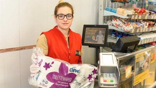 Immer freundlich, trotz Krise: Billa-Kassiererin Marie Krismer (Bild: Robert Harson/REWE Group)