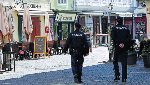 In der Grazer Innenstadt fand man mehr Tauben als Menschen an. Polizisten kontrollierten (Bild: Christian Jauschowetz)
