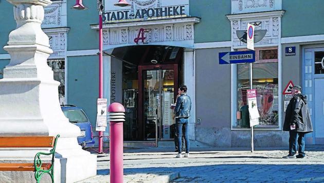Anstellen mit Abstand vor der Gleisdorfer Apotheke (Bild: Sepp Pail)