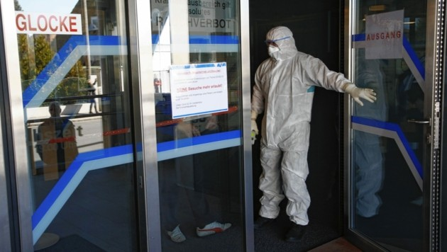 Die Eingänge zu vielen Krankenhäusern werden derzeit kontrolliert - so wie hier beim UKH in Klagenfurt. (Bild: Uta Rojsek-Wiedergut)