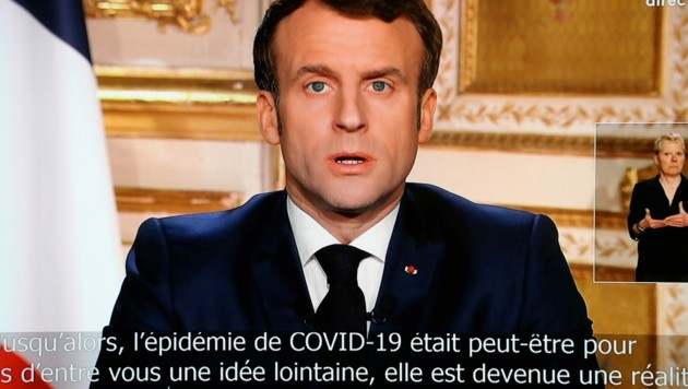 Frankreichs Präsident Emmanuel Macron in seiner TV-Ansprache (Bild: AFP)