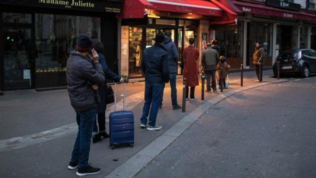 Bild vor einem Supermarkt in Paris (Bild: The Associated Press)