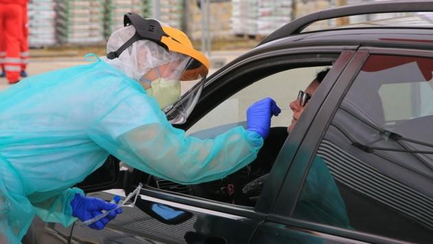 In Vöcklabruck wurde ein Drive-In für Corona-Verdachtsfälle installiert. (Bild: Helmut Klein )
