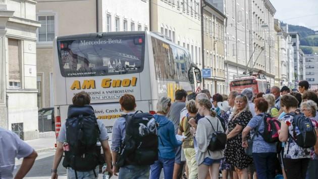 Ungebremste Bustouristen in der Paris-Lodron-Straße (Bild: Tschepp Markus)