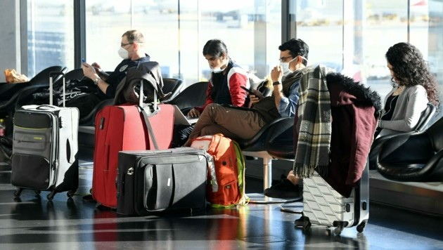 Passagiere am Flughafen Wien (Bild: APA/HELMUT FOHRINGER)