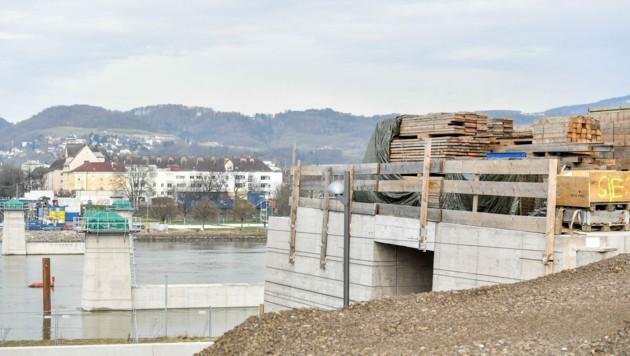 Die Fertigstellung der Neuen Donaubrücke in Linz (ehemalige Eisenbahnbrücke) wird sich verzögern. (Bild: Harald Dostal)