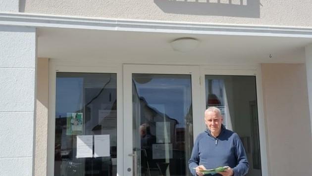 Bürgermeister Sadovnik verlegte zur Sicherheit seiner Gemeinderäte die Sitzung in die freie Natur. (Bild: zVg)