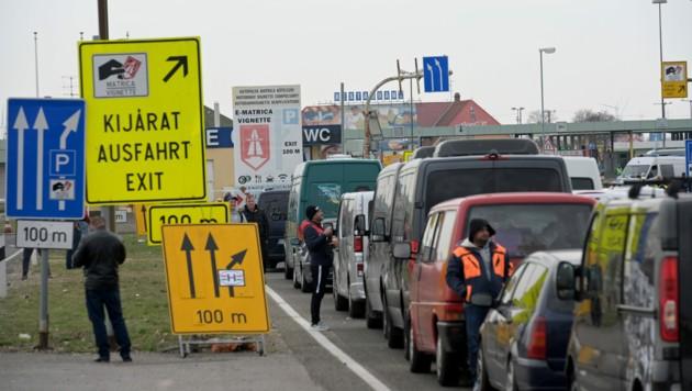 Stau am Grenzübergang Nickelsdorf (Bild: APA/HERBERT P. OCZERET)