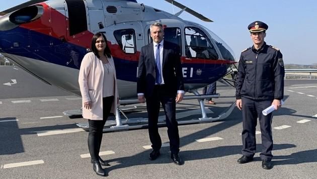 Innenminister Nehammer, Landesvize Astrid Eisenkopf und Polizeidirektor Huber bedankten sich bei den Einsatzkräften. Lenker müssen sich in Ungarn an genaue Routen halten. (Bild: Christian Schulter)