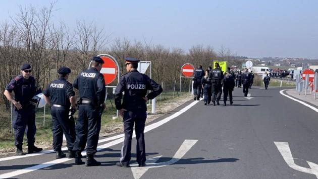 Ein Großaufgebot der Polizei sorgte dafür, dass die Situation trotz stundenlanger Wartezeit an der Grenze nicht eskalierte. (Bild: Christian Schulter)