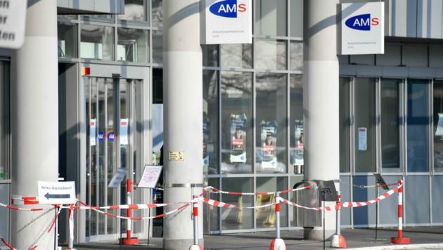 Der Zugang zur AMS-Geschäftsstelle am Bulgariplatz in Linz gestern Vormittag. (Bild: Harald Dostal)