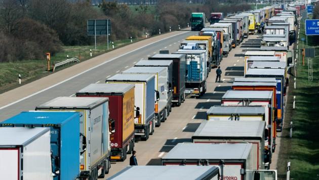Dutzende Kilometer lang war der Stau vor der deutsch-polnischen Grenze. (Bild: AP)