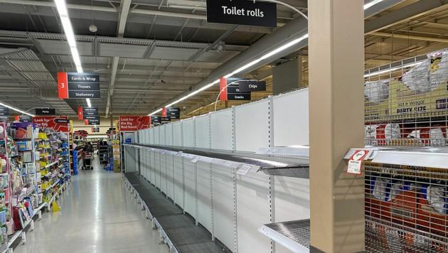 Leere Regale in einem Supermarkt in der Metropole Sydney (Bild: APA/AFP/Saeed Khan)